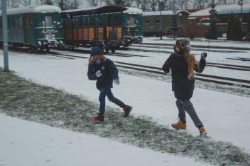 Gdy świeci słońce, pada śnieg, czy deszcz i tak wychodzimy na podwórko. Naśladujemy w ten sposób edukację fińską i duńską. Zażywamy powietrza, w każdych warunkach pogodowych.